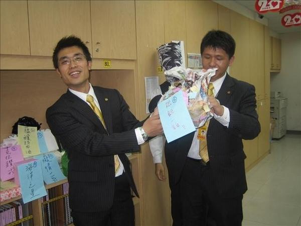 友於學長拿到唐宇學長的高級茶包