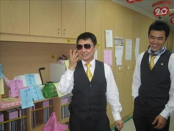 振盛學長拿到我的雷朋太陽眼鏡