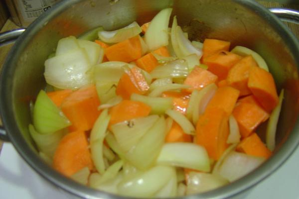 先把洋蔥跟胡蘿蔔炒一炒.