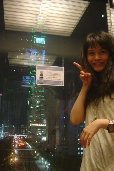 信義誠品透明電梯