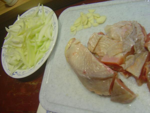 洋蔥跟雞腿排切塊