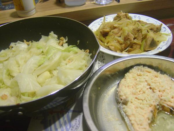 蒜味鮭魚+洋蔥燒雞腿+炒高麗菜