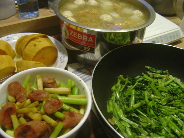 番薯+蘿蔔排骨湯+香腸蘆筍+空心菜
