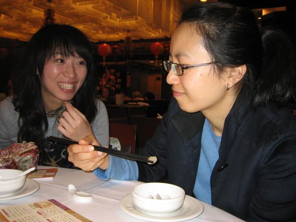 抵達香港第一站!! 一定要飲茶的阿~ 梅姐品嘗桌上莫名其妙小菜二部曲!