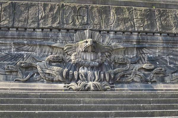 16-IMG_8836--雕塑前方雕刻有德意志帝國鷹鷲,它抓著蛇並喝叱著敵人,以此表現威廉一世的威嚴.JPG
