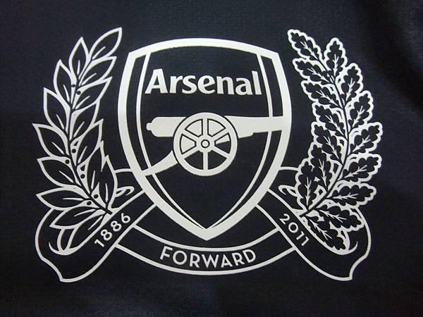 Arsenal 201112歐冠客場球員版--125周年隊徽.JPG
