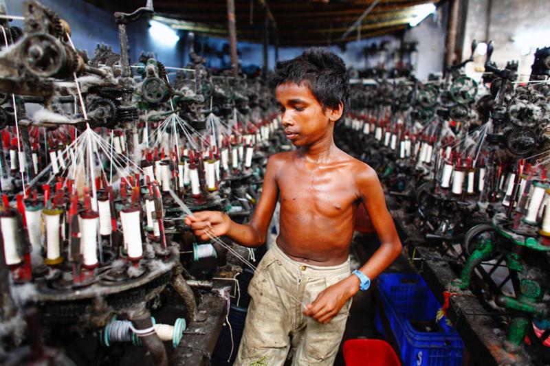 快時尚, 綠果報導, 低廉的成本, 牛仔褲的代價, 血淚, 慾望, 貪婪, 血汗勞工, 黑工, 壓榨勞工, 成衣廠大量污染, 廢水排放, 尼泊爾, 巴基斯坦, 柬埔寨, 人工低廉, 平價時尚, zara H&M, 平價品牌, 低底層生活