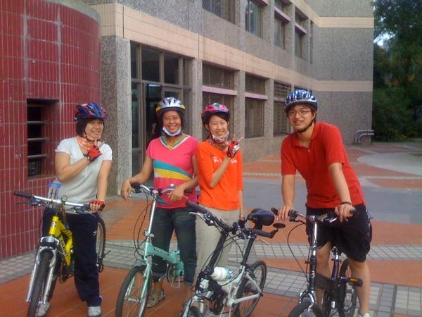 四個人騎腳踏車.JPG