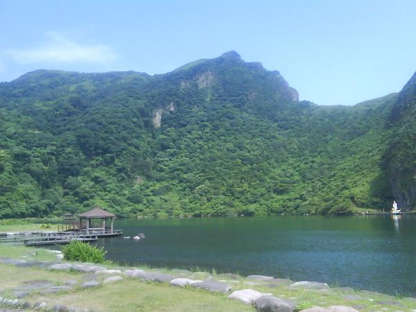 龜尾湖另一景--山頭有個人斜躺著