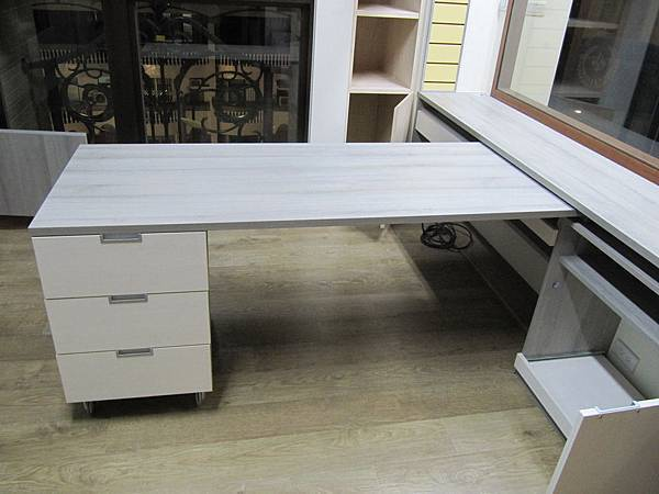 可以移動書桌