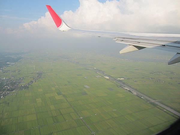 機場旁邊也太多田了