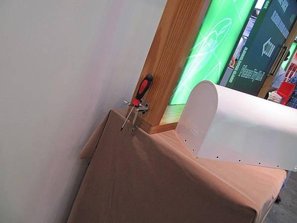 卓先生怕推門閉門器被推的時候危險多裝了一個門閂