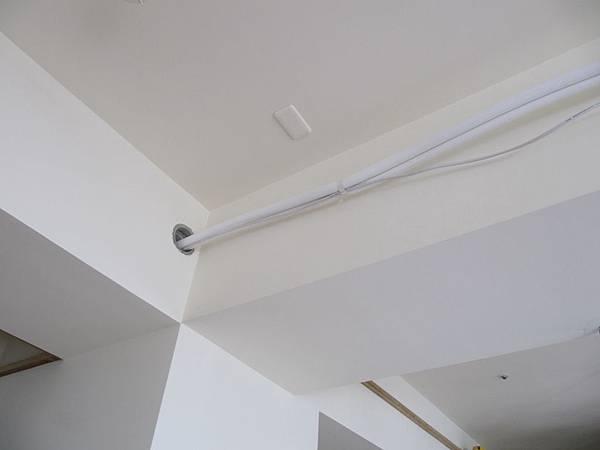 客廳冷氣管線走大樑