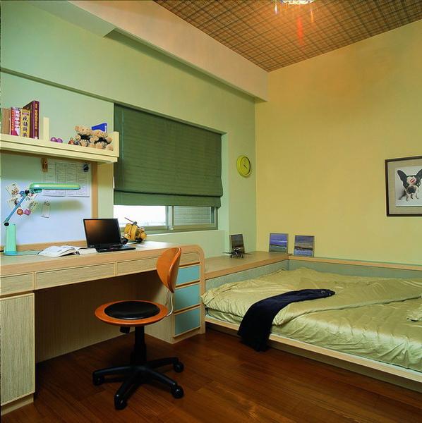 小孩房床邊有書桌