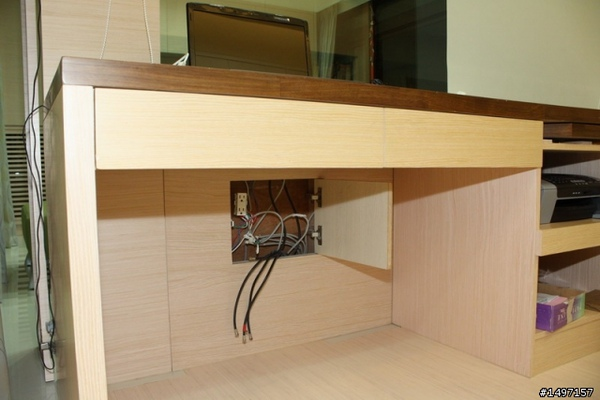 書桌底下就是家裡電視線電話線維修箱.jpg