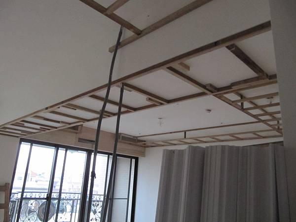 客廳天花板角材