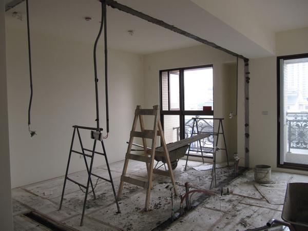 客廳與書房間牆面拆除