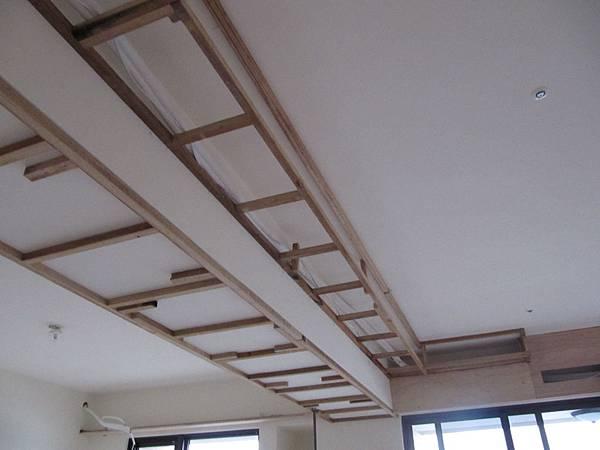 沙發上方天花板角材
