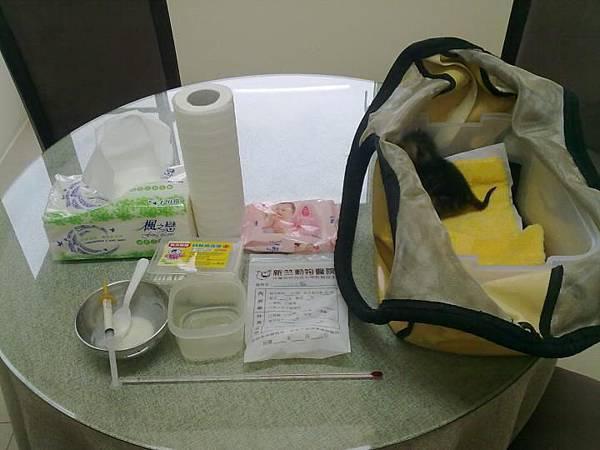 2011/08/28 Q將現在必需有24小時專人貓奴的照顧,這是我家主人出門的隨身物品...<<by Vicky>>