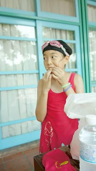 女兒玩一玩回來吃鱈魚香絲