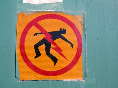 誇張有趣的電箱警告標示