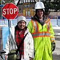 班夫街道旁的道路施工工人有著很親切靦腆的微笑