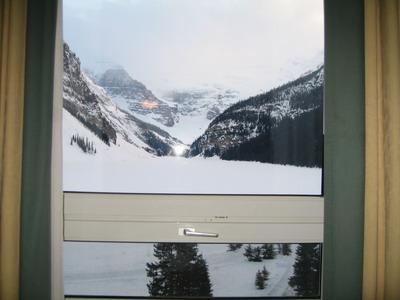 窗外正對著冰凍著的露易絲湖,遠處是終年不融化的維多利亞冰原