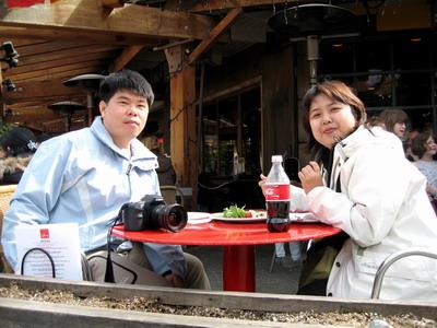 非常悠閒的在此用餐欣賞來來往往的渡假人潮