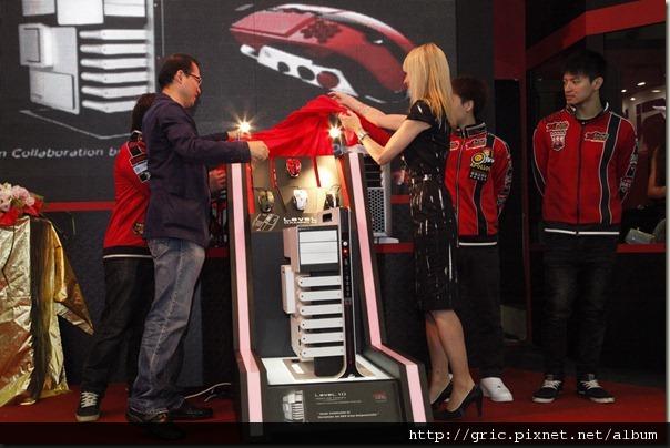 曜越科技董事長林培熙與BMW DesignworksUSA設計總監Sonja親自為新品揭幕