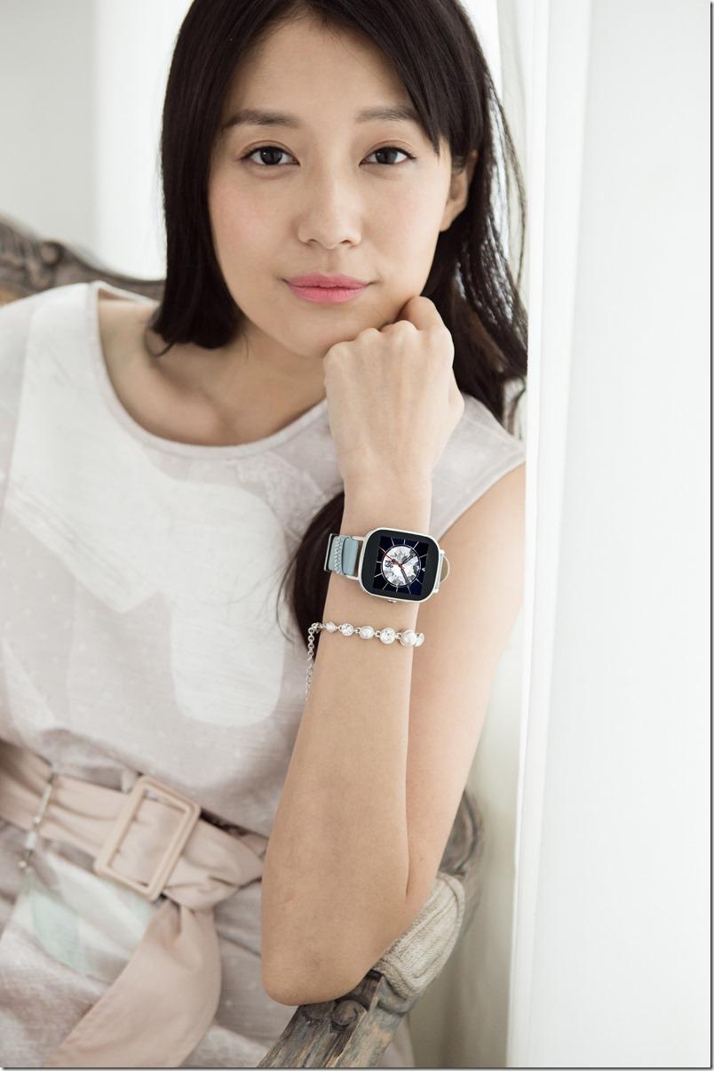 採用施華洛世奇水晶的ASUS ZenWatch 2「真皮晶鑽藍」皮革錶帶鑲嵌璀璨奪目的精美水晶,搭配水晶風格錶面,展現顯雋永品味