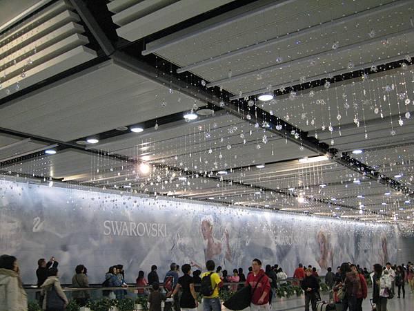 整面牆都是斯華洛士奇的廣告2.JPG