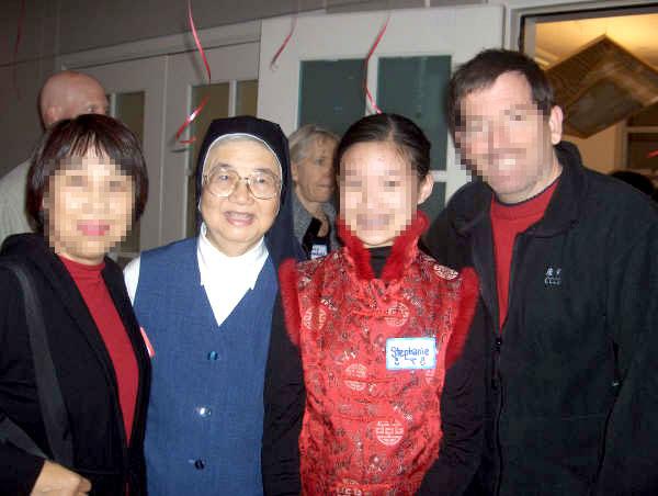 馬賽克 -湯靜蓮執行長與領養父母和被領養的善牧孩子