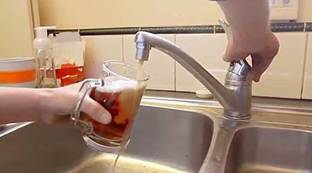 最幸福的惡作劇!新西蘭男子全屋水龍頭竟湧出啤酒