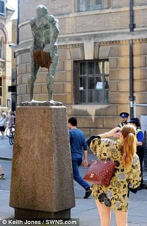 胯下一大包! 蜜蜂群攻英國雕像_421