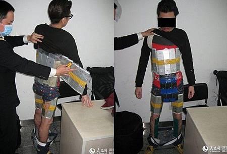港男走私被捕 身綁94支iPhone宛如「兵馬俑」