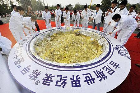 大陸江蘇省揚州市日前創下的「史上最大份揚州炒飯」,先前惹起軒然大波,事件至今又有新進展!因為被主辦單位金氏世界紀錄認定為浪費食物,該挑戰紀錄今日已被宣布為無效。