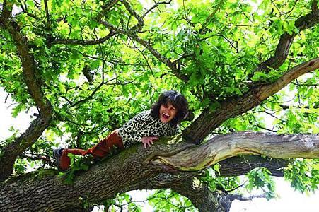 「女版泰山」四歲遭綁匪遺棄在森林裡,被猴子養大