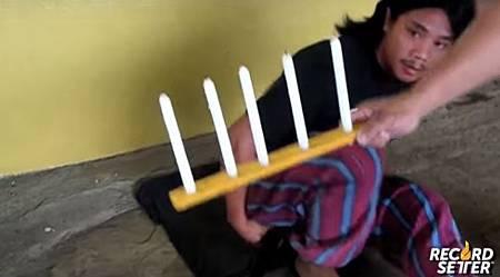 強大屁力!菲律賓男子用屁吹熄5根蠟燭