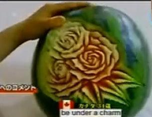 西瓜上雕出玫瑰 蔬果雕神乎其技_03.jpg
