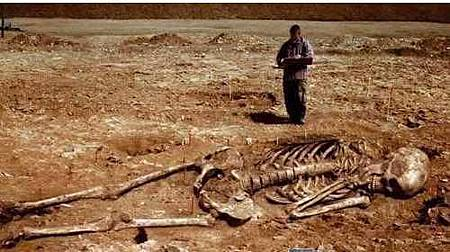 挖出遠古巨人遺骸!?身長超過3公尺.JPG