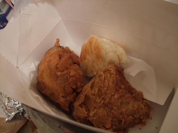 炸雞竟然有四塊再加個比司吉  吃到超撐超爽