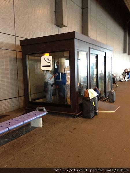 機場外的吸菸室