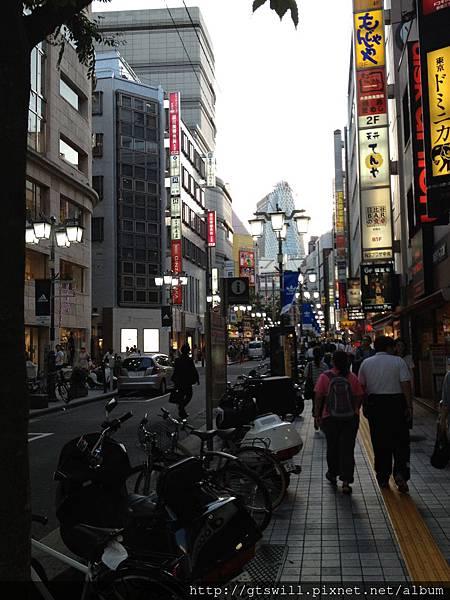 新宿東口街頭