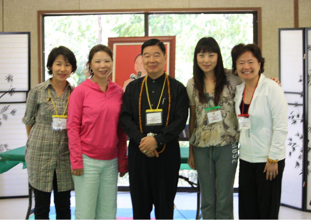 Viki師姐參加2010年美國禪訓營,與宗明師兄合影