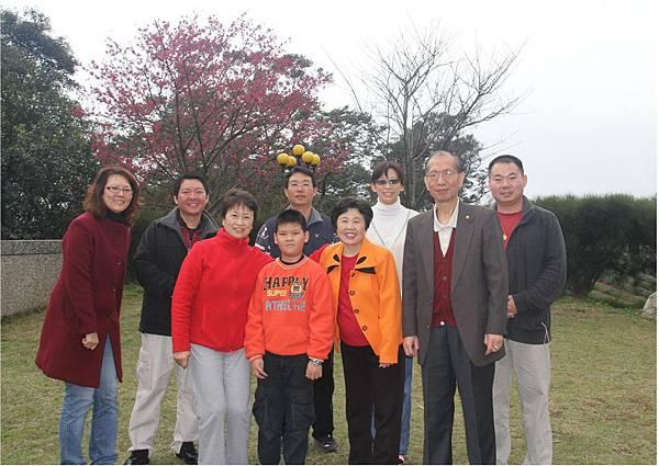 鄧海師姐在慈航觀音禪寺庭院與櫻花合影