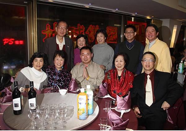 鄧海師姐與美國師兄姐回國參加129地球佛國人人作佛大法會在餐桌合影