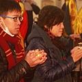 大德信眾們在慈航觀音禪寺誠心供燈
