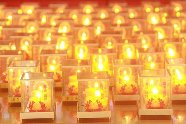 三色光心燈放光