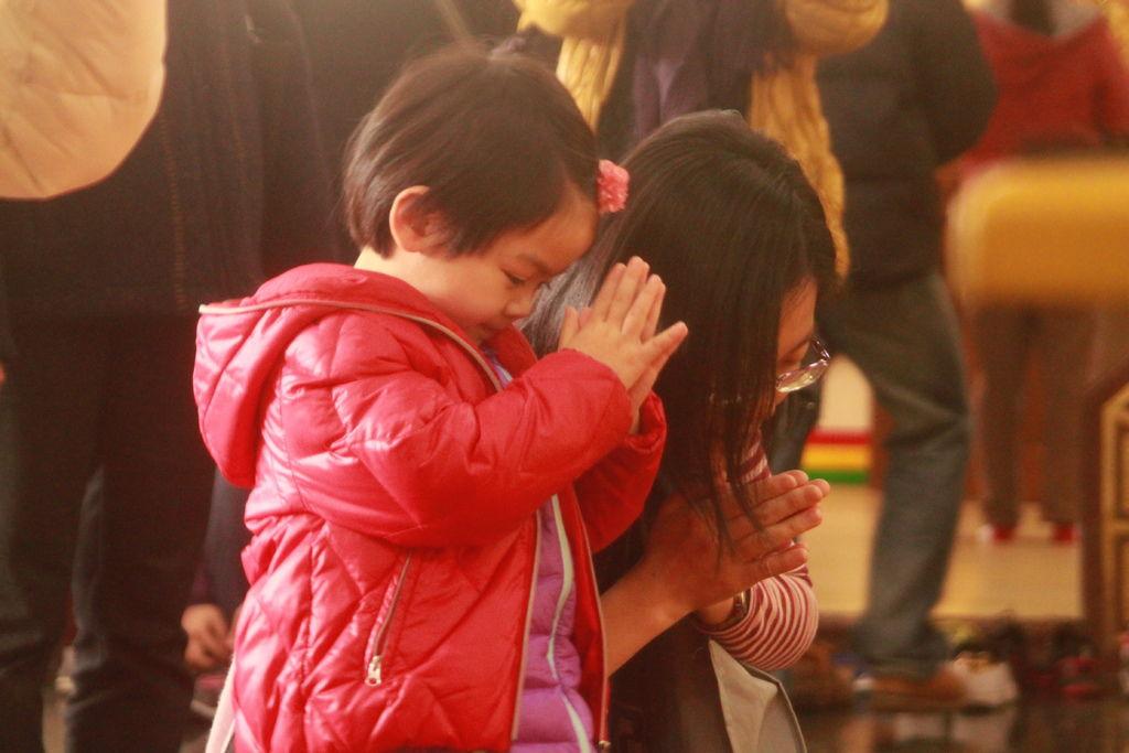 小女孩跟著媽媽一起誠心感恩觀世音菩薩