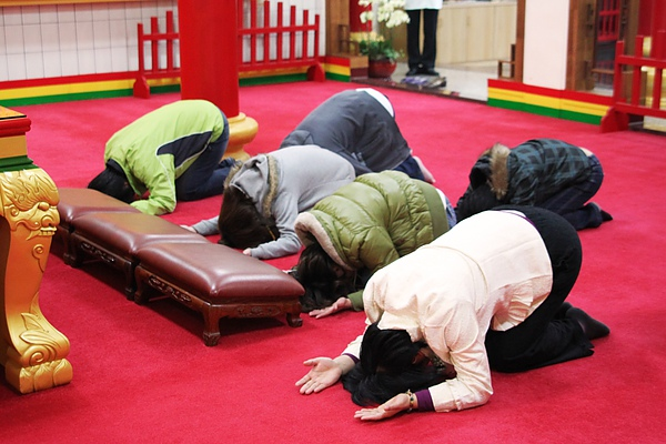 向觀世音菩薩行五體投地之跪拜大禮